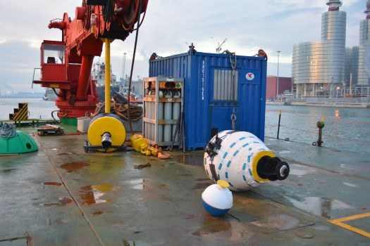 Deploy di boa ondametrica da pontone a largo della foce del Bevano