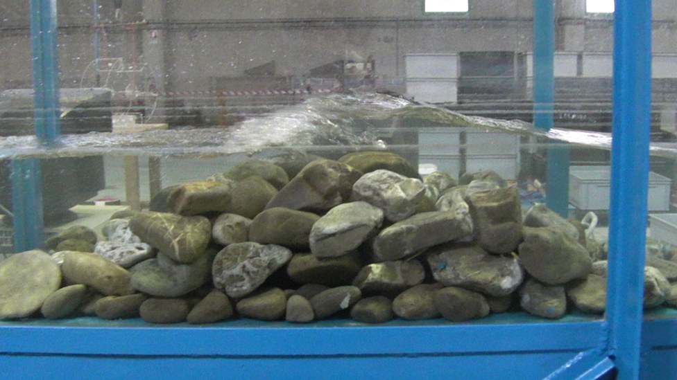Prova in canale di frangiflutti in pietrame
